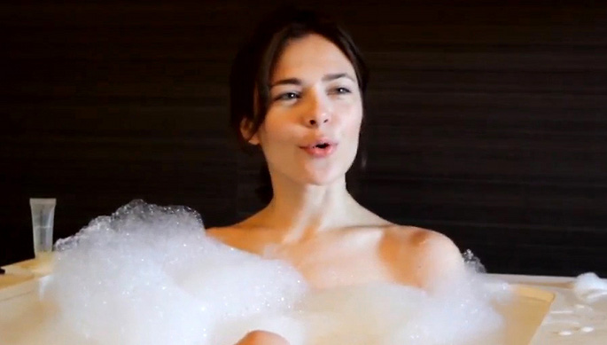 Nina Kraviz Dj S Having Bath Dance Like Shaquille O Neal
