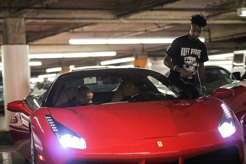 Drake ha regalato a 21 Savage una Ferrari per il suo compleanno